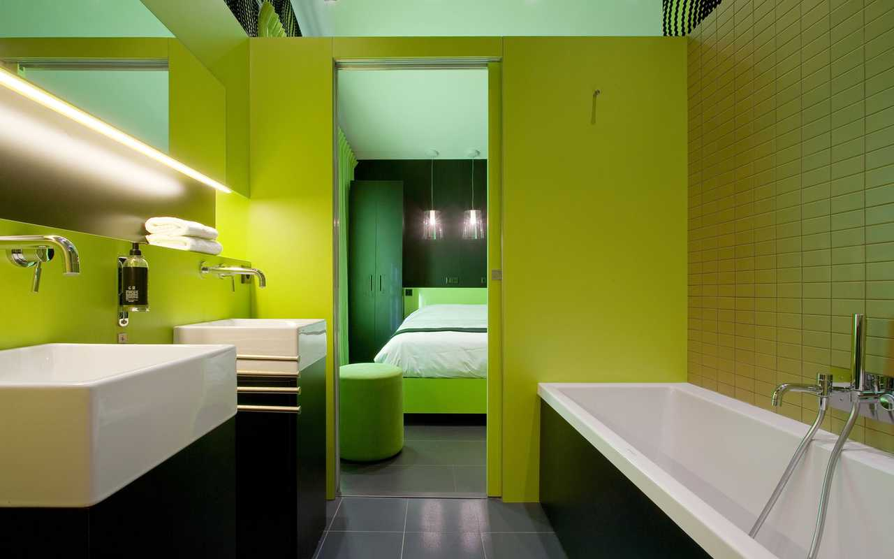 Contemporary room and bathroom hotel in Carcassonne